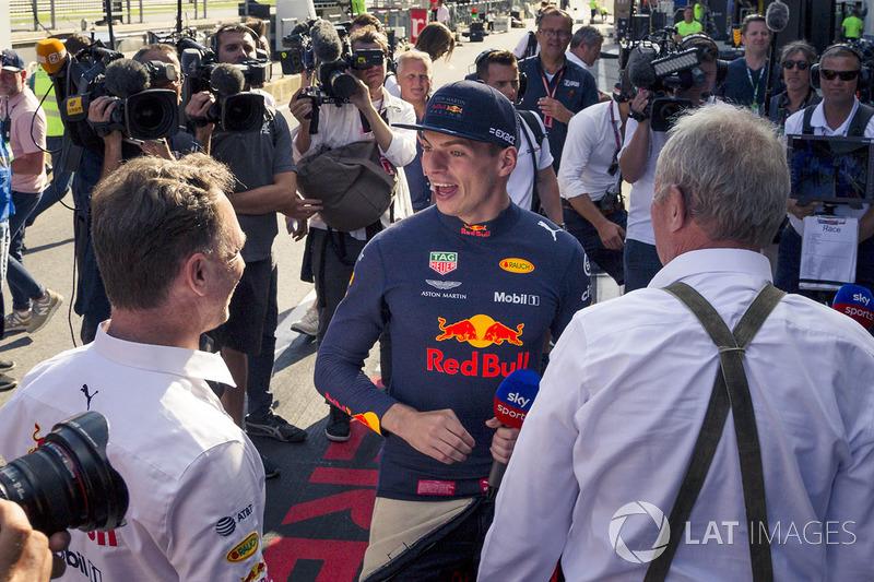 Le vainqueur Max Verstappen, Red Bull Racing fête la victoire avec Christian Horner, directeur de Red Bull Racing et Dr Helmut Marko, consultant Red Bull