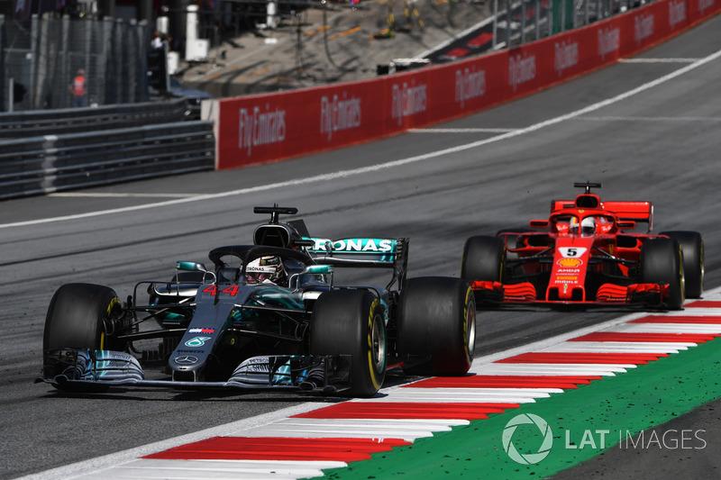 Lewis Hamilton, Mercedes-AMG F1 W09 por delante de Sebastian Vettel, Ferrari SF71H