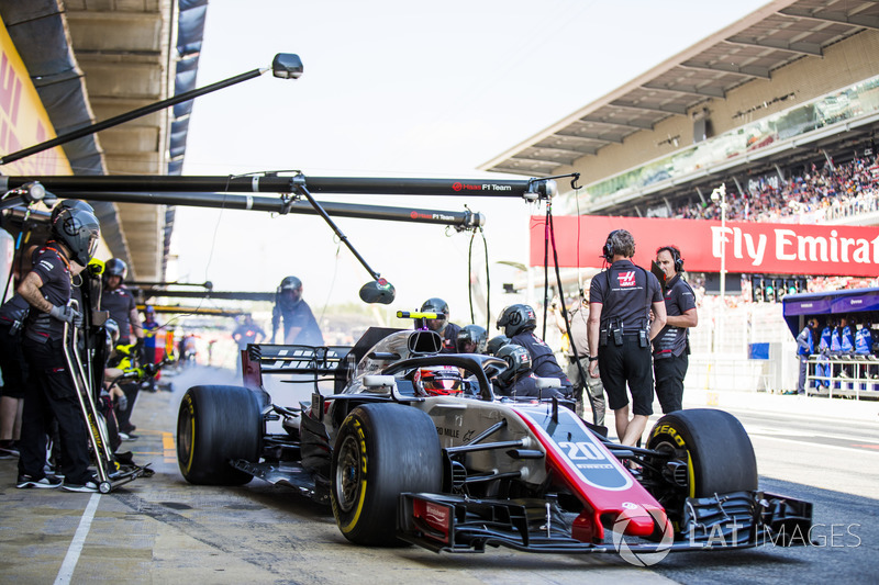 Kevin Magnussen, Haas F1 Team VF-18, sale del pit box