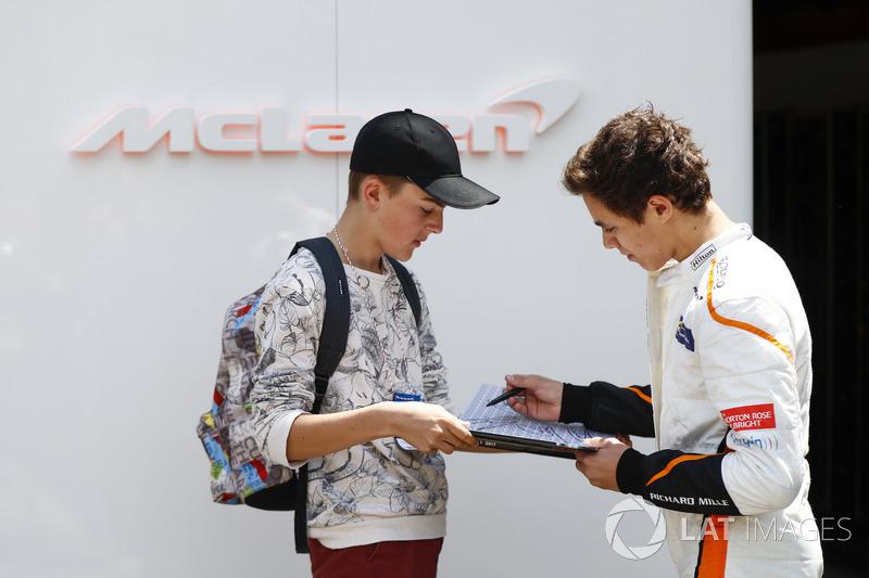 Lando Norris, McLaren, firma un autógrafo para un fan