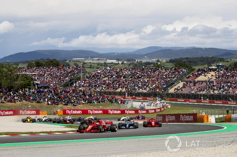 Sebastian Vettel, Ferrari SF71H, Valtteri Bottas, Mercedes AMG F1 W09, Kimi Raikkonen, Ferrari SF71H, Max Verstappen, Red Bull Racing RB14, Daniel Ricciardo, Red Bull Racing RB14, the remainder of the field at the start of the race
