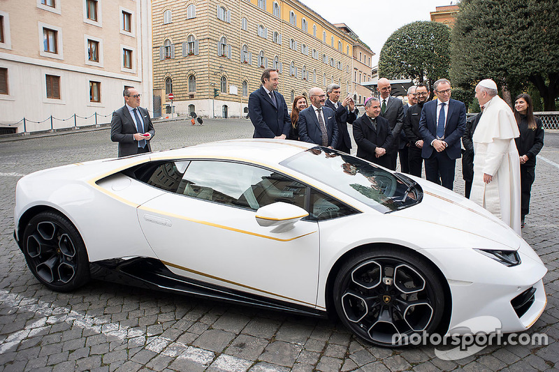 Папа Франциск отримує Lamborghini Huracan
