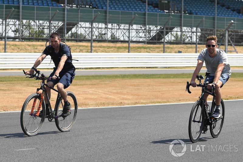 Jenson Button, parcourt la piste à vélo