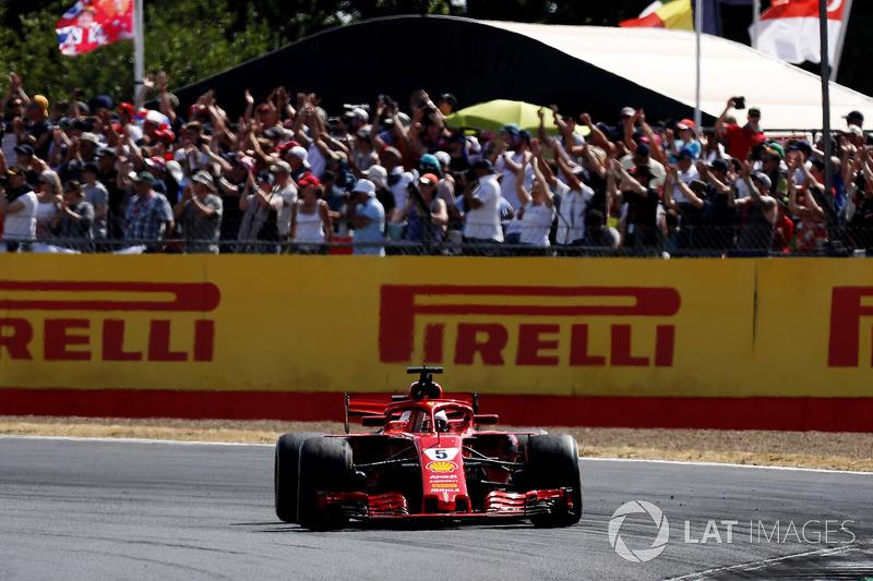 Il vincitore della gara Sebastian Vettel, Ferrari SF71H, saluta il pubblico