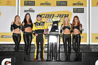 1. Ryan Blaney, Team Penske Ford Fusion, mit den Monster-Girls