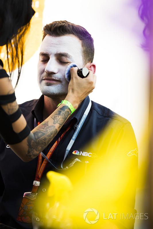 Will Buxton se pinta la cara con disfraz del Día de Muertos