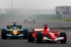 Michael Schumacher, Ferrari 248 F1 precede Fernando Alonso, Renault R26