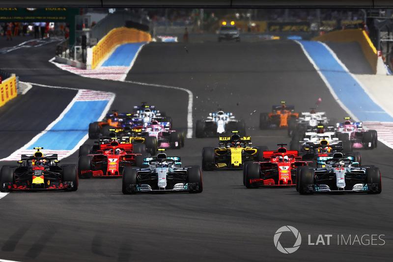 Lewis Hamilton, Mercedes AMG F1 W09, precede Valtteri Bottas, Mercedes AMG F1 W09, Sebastian Vettel, Ferrari SF71H, e Max Verstappen, Red Bull Racing RB14, alla partenza