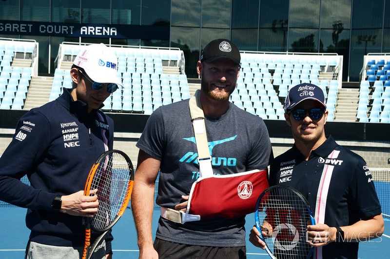 Esteban Ocon, Force India F1 e Sergio Perez, Force India con Sam Groth, tennista al Parco di Melbourne