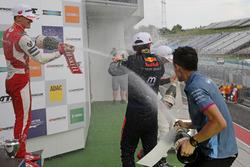 Подиум: Мик Шумахер, PREMA Theodore Racing, и Дэн Тиктум, Motopark