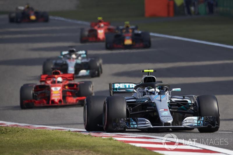 Valtteri Bottas, Mercedes AMG F1 W09, Sebastian Vettel, Ferrari SF71H, et Lewis Hamilton, Mercedes AMG F1 W09