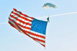 Fallschirmspringer mit USA-Flagge