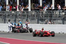 Felipe Massa, Ferrari F2008, passiert das Unfallauto von Lewis Hamilton, McLaren MP4-23