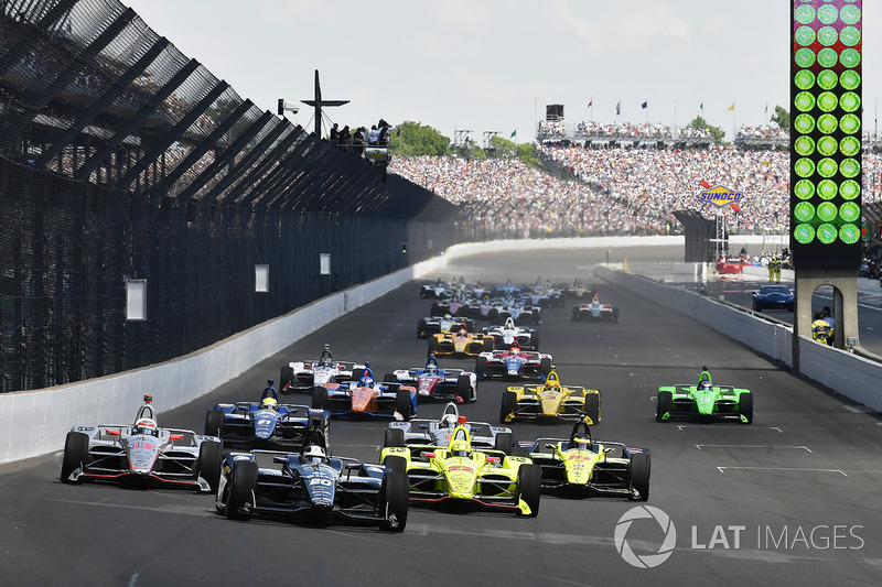 Start: Ed Carpenter leads Simon Pagenaud and Will Power at the start of the 102nd Indy 500, 2018.