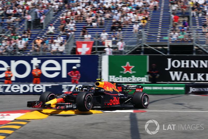 Max Verstappen, Red Bull Racing RB14 percute le rail