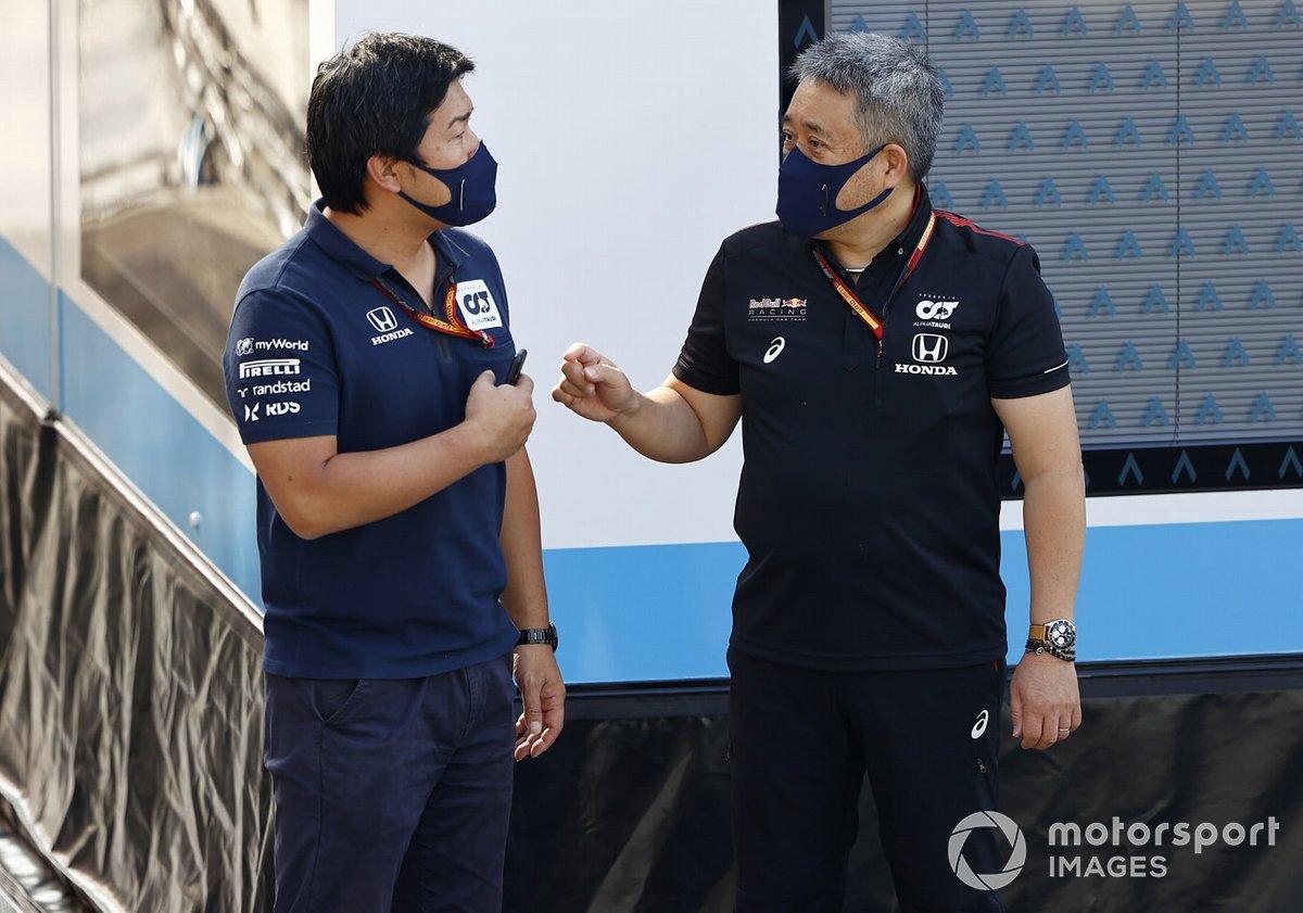 Masashi Yamamoto, Jefe de Honda Motorsport, habla con un miembro del equipo AlphaTauri.