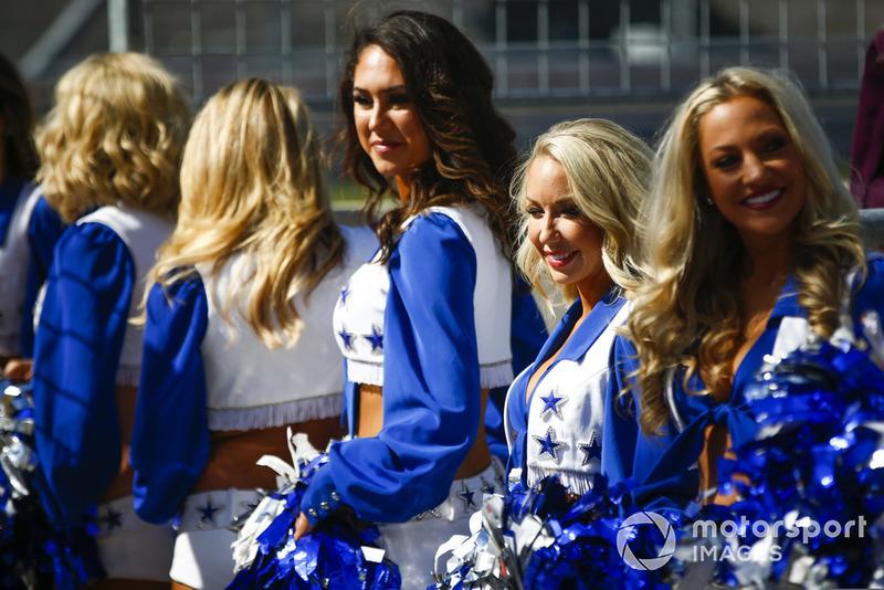 Las Dallas Cowboys Cheerleaders en la parrilla