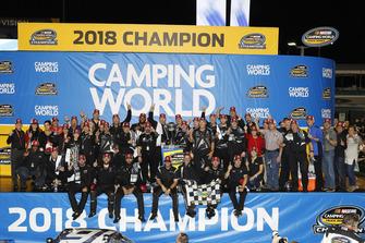 Campeón Brett Moffitt, Hattori Racing Enterprises, Toyota Tundra AISIN Group and Toyota personnel