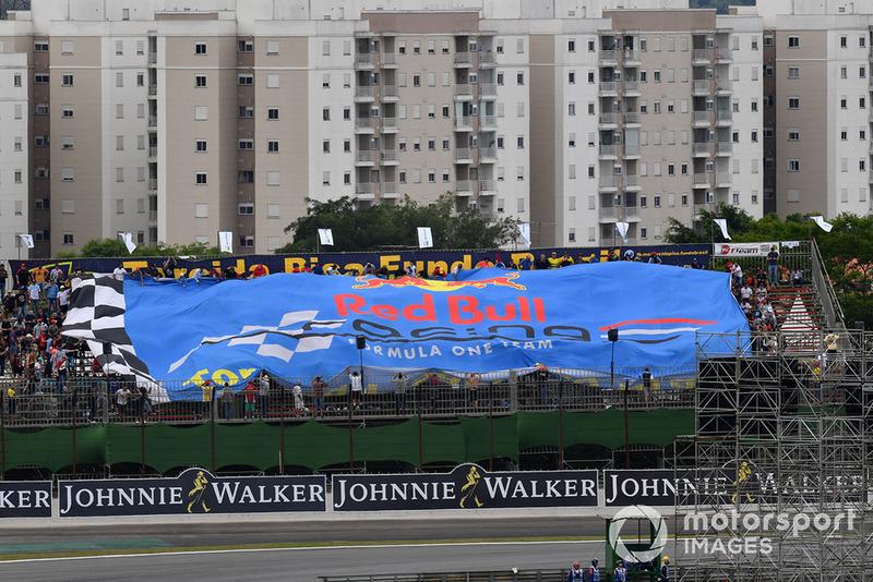 Гигантский флаг Red Bull Racing