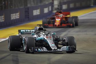 Льюис Хэмилтон, Mercedes AMG F1 W09 EQ Power+, впереди Себастьяна Феттеля, Ferrari SF71H