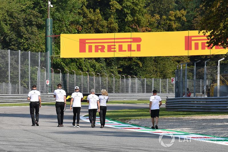 Charles Leclerc, Sauber, ispeziona il circuito