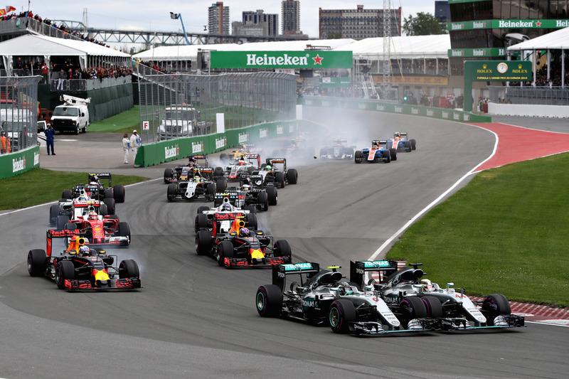Ніко Росберг, Mercedes AMG F1 W07 та Льюїс Хемілтон, Mercedes AMG F1 W07 боротьба за позиції на старті попереду Даніеля Ріккардо, Red Bull Racing RB12, Макса Ферстаппена, Red Bull Racing RB12 та інших