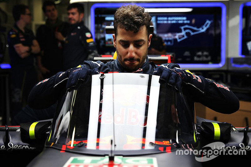 Daniel Ricciardo, Red Bull Racing RB12 con el protector de cabeza