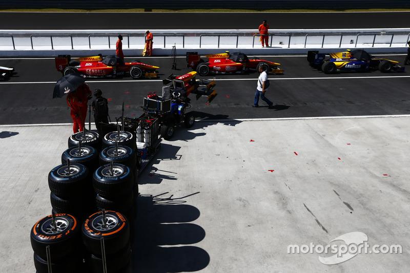 Autos und Reifen der GP2-Serie in der Boxengasse
