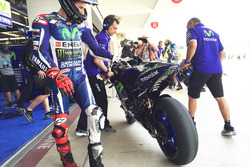 Jorge Lorenzo, Yamaha Factory Racing checks tire wear