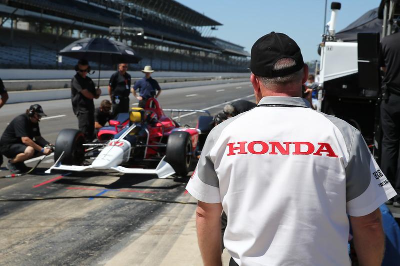 Ingenieros de Honda observan el Honda IndyCar 2018  de Oriol Servia