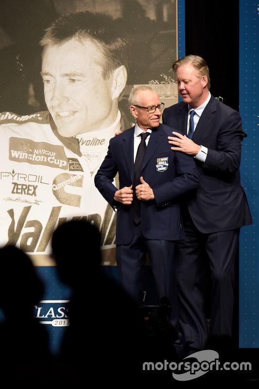 Mark Martin wird von NASCAR-Chef Brian France in die Hall of Fame aufgenommen