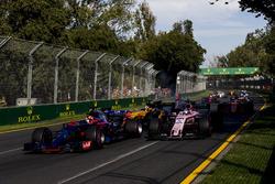 Daniil Kvyat, Scuderia Toro Rosso STR12 y Sergio Pérez, Force India VJM10