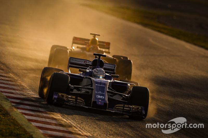 Antonio Giovinazzi, Sauber C36; Max Verstappen, Red Bull Racing RB13