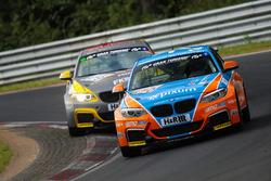 Thomas Henriksson, Oliver Wenzel, Simon Trummer vor Yannick Mettler, BMW M235i Racing Cup