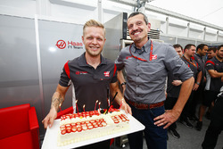 Kevin Magnussen, Haas F1 Team, is presented with a birthday cake by Guenther Steiner, Team Principal, Haas F1 Team