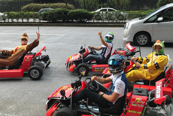 Felipe Massa brinca de Mario Kart em Tóquio