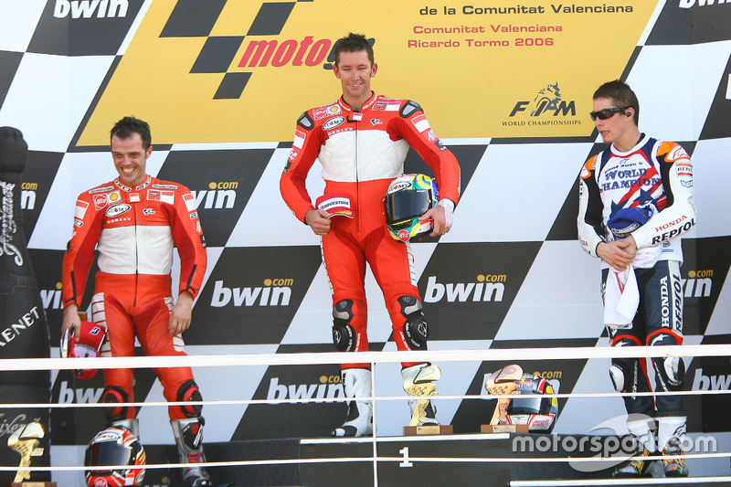 Podium: 1. Troy Bayliss, Ducati; 2. Loris Capirossi, Ducati; 3. und Weltmeister Nicky Hayden, Repsol