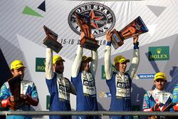 Podio LMP2: i vincitori Andre Negrao, Gustavo Menezes, Nicolas Lapierre, Signatech Alpine