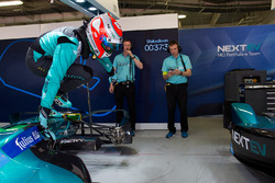Nelson Piquet Jr., NEXTEV TCR Formula E Team, balza fuori dalla sua vettura nel garage