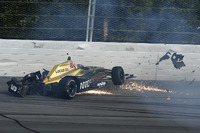 Crash: James Hinchcliffe, Schmidt Peterson Motorsports Honda