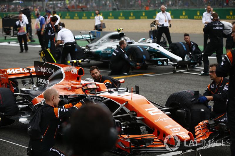 Stoffel Vandoorne, McLaren MCL32, Valtteri Bottas, Mercedes AMG F1