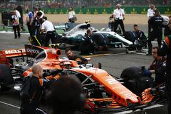 Stoffel Vandoorne, McLaren MCL32, lines-up ahead of Valtteri Bottas, Mercedes AMG F1
