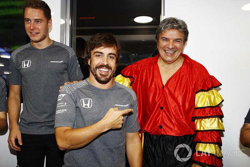 Fernando Alonso, McLaren, celebra su cumpleaños número 36 mientras su manager con una vestimenta española