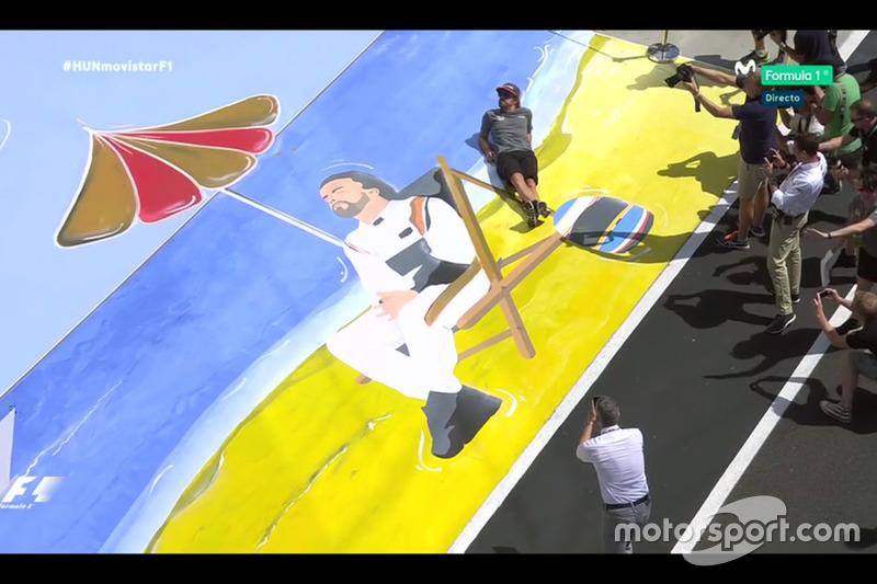 Fernando Alonso posa ante su mural en el GP de Hungría