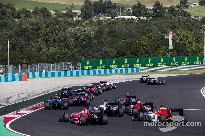 Charles Leclerc, PREMA Powerteam, Robert Visoiu, Campos Racing en la arrancada
