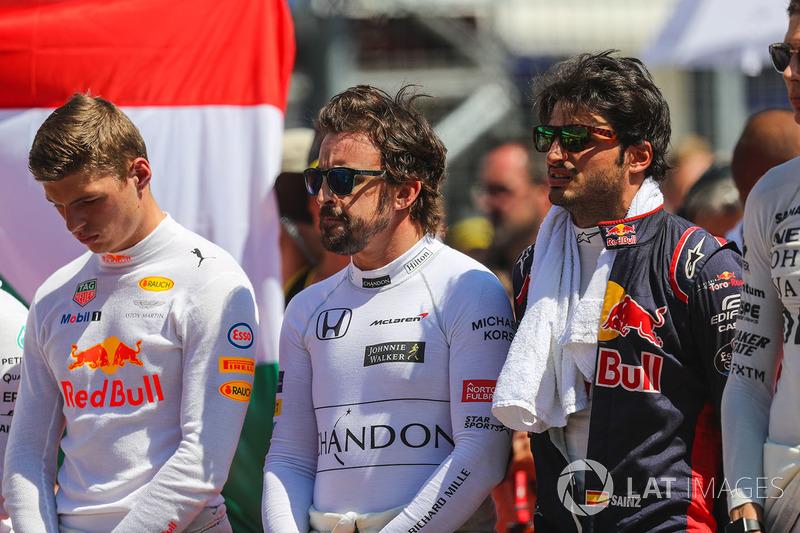 Los pilotos durante el himno nacional