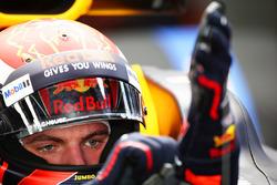 Max Verstappen, Red Bull, pulls his gloves on