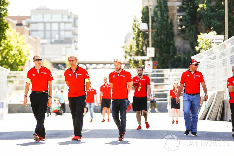 Nick Heidfeld, Mahindra Racing, camina en la pista