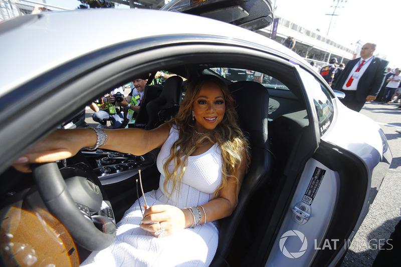 Maria Carey en el coche de seguridad