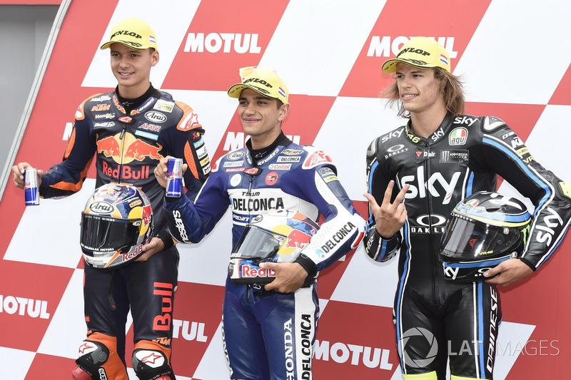 Los tres primeros calificados: Bo Bendsneyder, Red Bull KTM Ajo, ganador de la pole Jorge Martin, Del Conca Gresini Racing Moto3, Nicolo Bulega, Sky Racing Team VR46